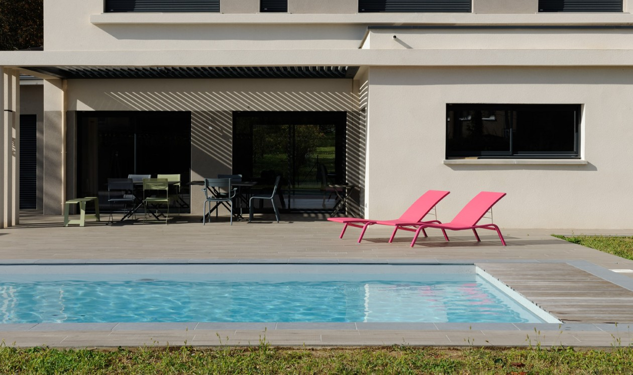 Piscine escaliers toute largeur ecully piscines concept for Piscine d ecully