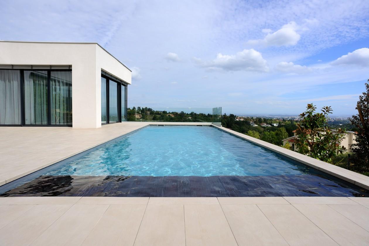 Piscine avec volet banquette saint didier au mont d 39 or for Concept piscine
