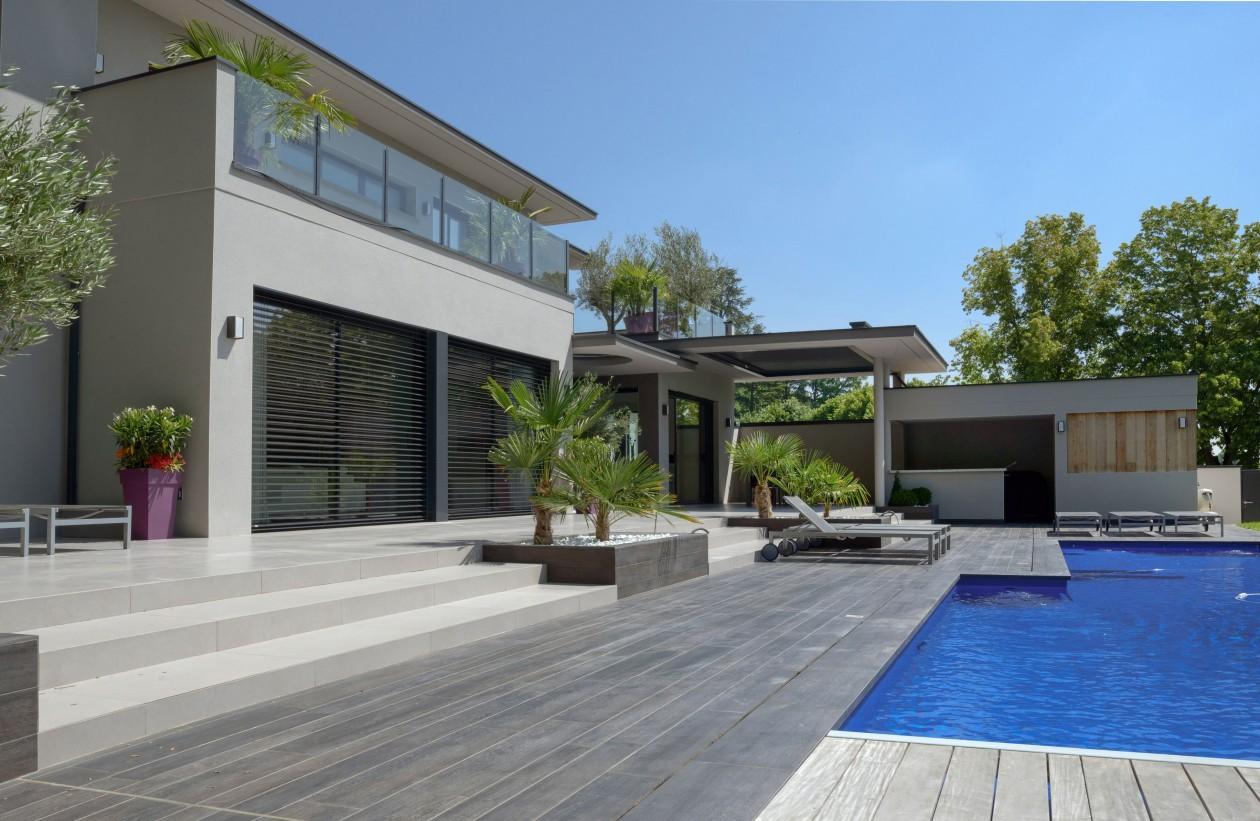 Piscine bleu marine ecully piscines concept for Concept piscine
