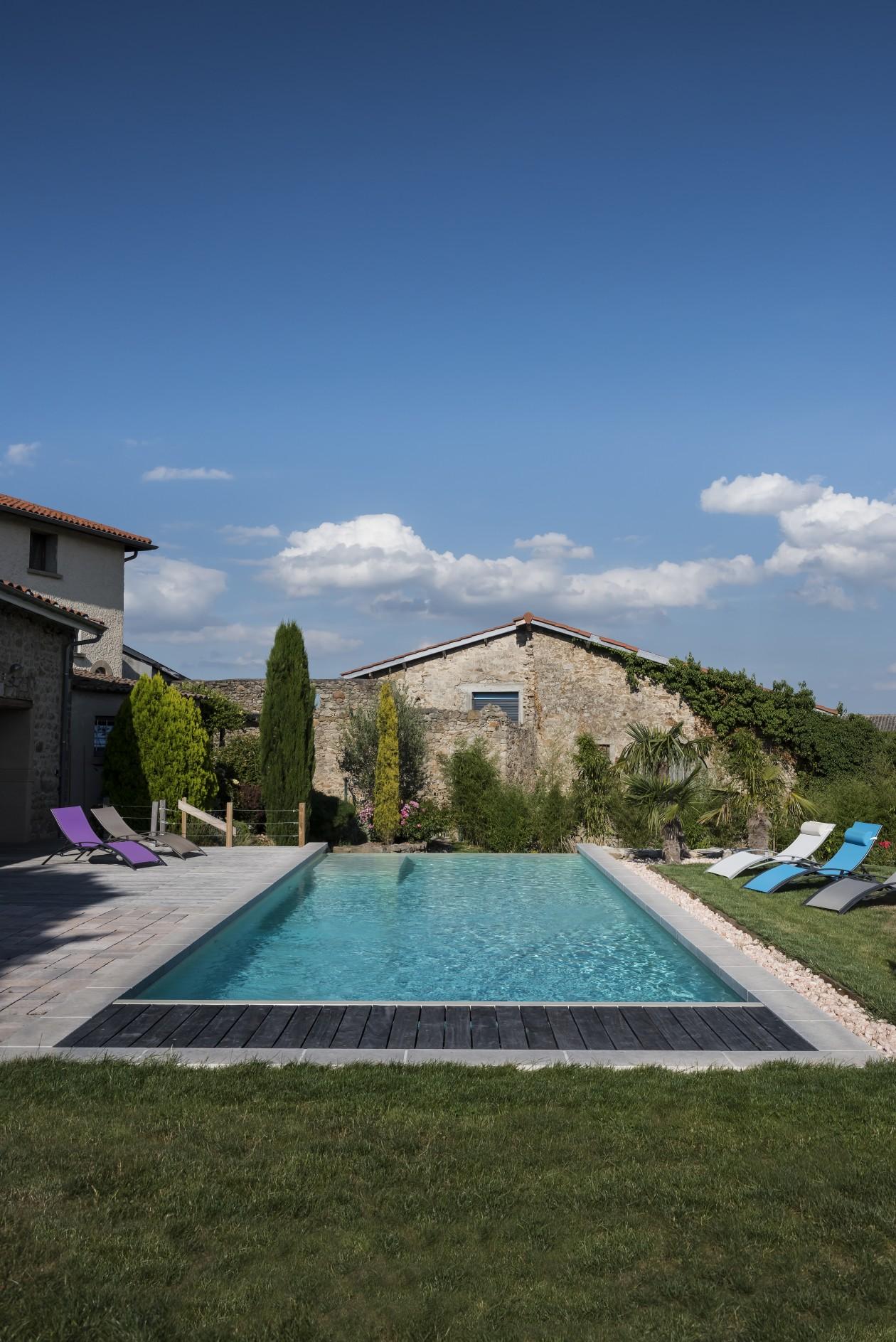 Piscine d bordement style bassin mont du lyonnais for Piscine concept